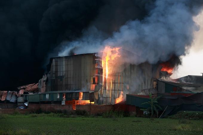 Hà Nội: Cháy lớn thiêu rụi hơn 1.000m2 nhà xưởng tại Hoài Đức