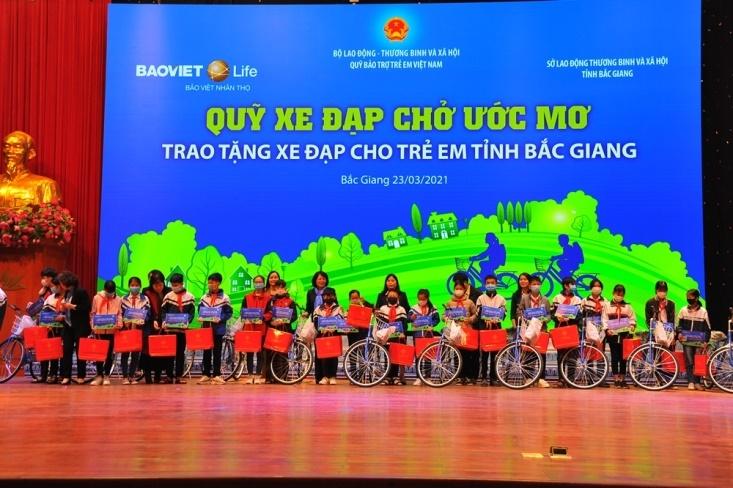 Bắc Giang: Phó Chủ tịch nước Đặng Thị Ngọc Thịnh tặng quà và dự lễ khánh thành trường Tiểu học Nghĩa Phương