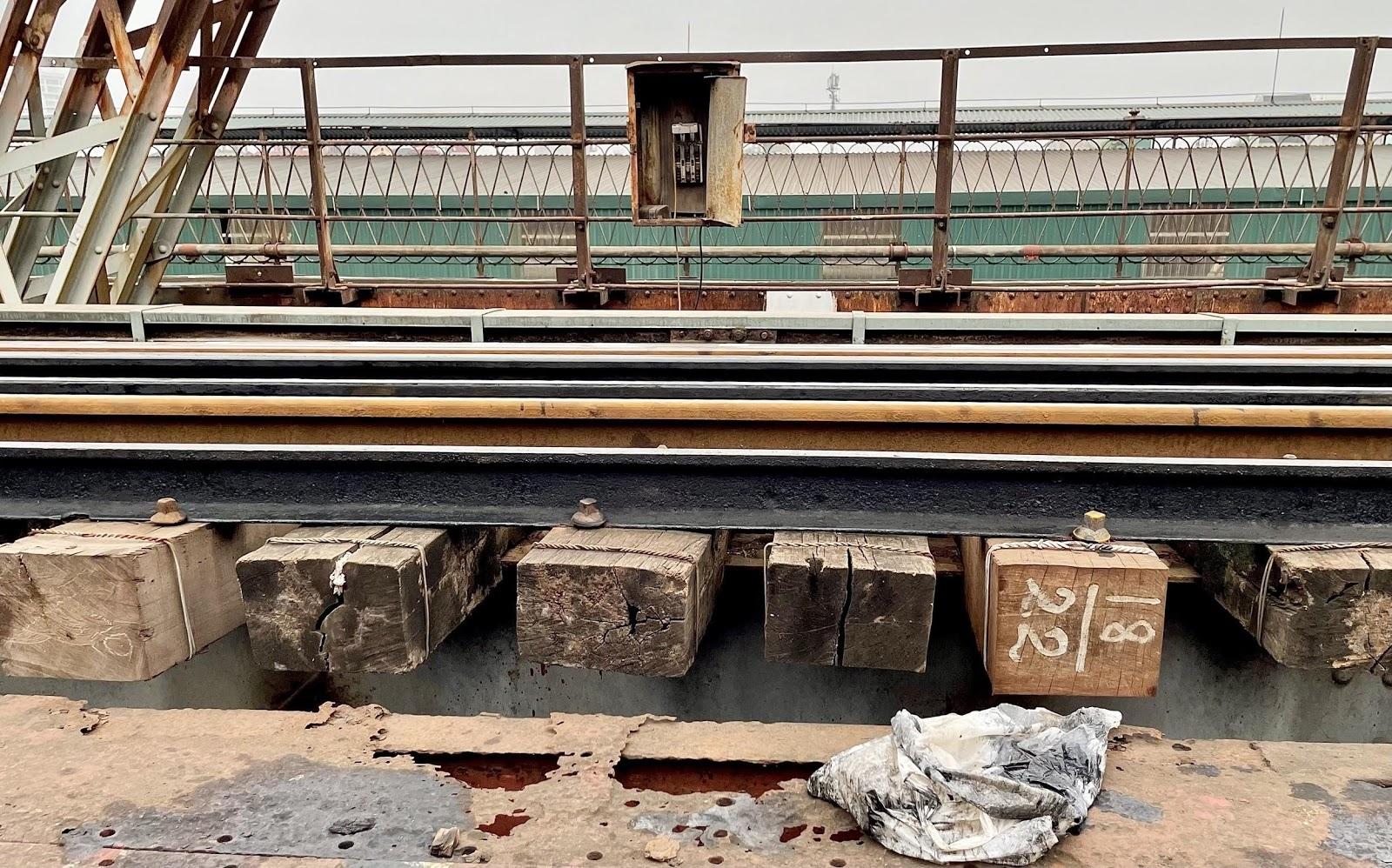 Cầu Long Biên xuống cấp ảnh hưởng đến phương tiện tham gia giao thông