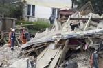 Nhà cổ 3 tầng đổ sập chôn vùi hàng chục người