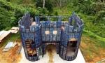 Nhà môi trường học xây lâu đài từ 40.000 chai nhựa bỏ đi