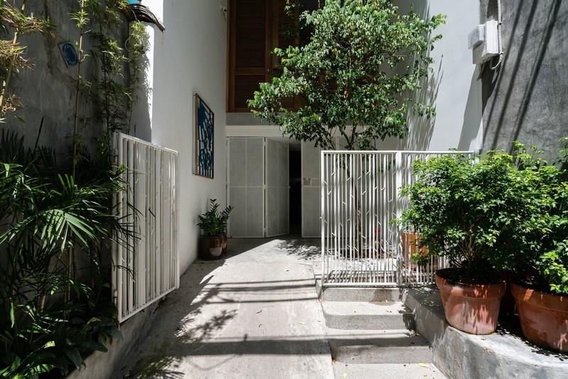 Ngôi nhà phố màu trắng, nổi bật trong hẻm nhỏ