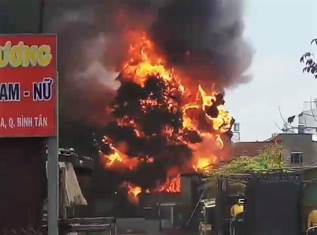 Cháy kho xưởng ở TP.HCM, người dân ôm đồ tháo chạy