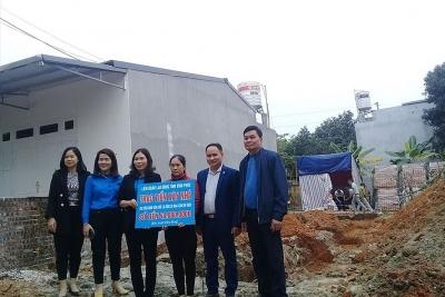 Vĩnh Phúc: Trao tiền hỗ trợ xây nhà cho công nhân lao động
