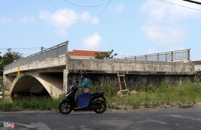 Cầu 32 tỷ xây xong để hoang vì không có đường dẫn