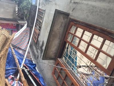 Cả ngôi nhà 2 tầng đổ nghiêng như một... khối xếp hình