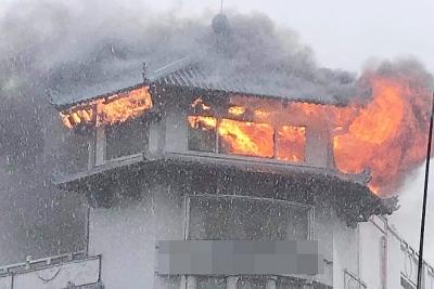 Khách sạn Đồng Khánh ở quận 5 bốc cháy trong mưa