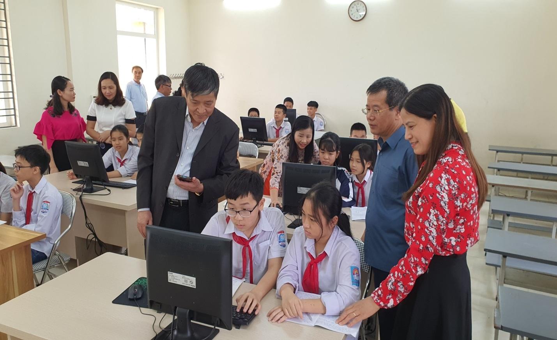 Trao tặng máy vi tính cho trường THCS Đồng Lạc