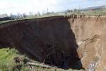 Hố tử thần khổng lồ xuất hiện ở Ukraine