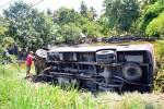 Xe khách lao xuống ao, 17 hành khách thoát chết