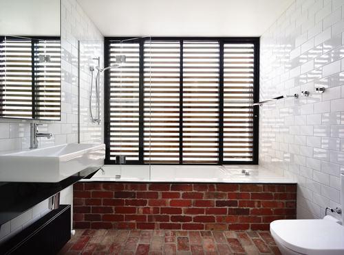 192058baoxaydung image009 Cùng nhìn qua những bức tường gạch tuyệt đẹp cho phòng tắm