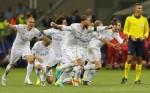 Zidane được tung hô, Ronaldo tạo dáng mừng chiếc Cup thứ ba