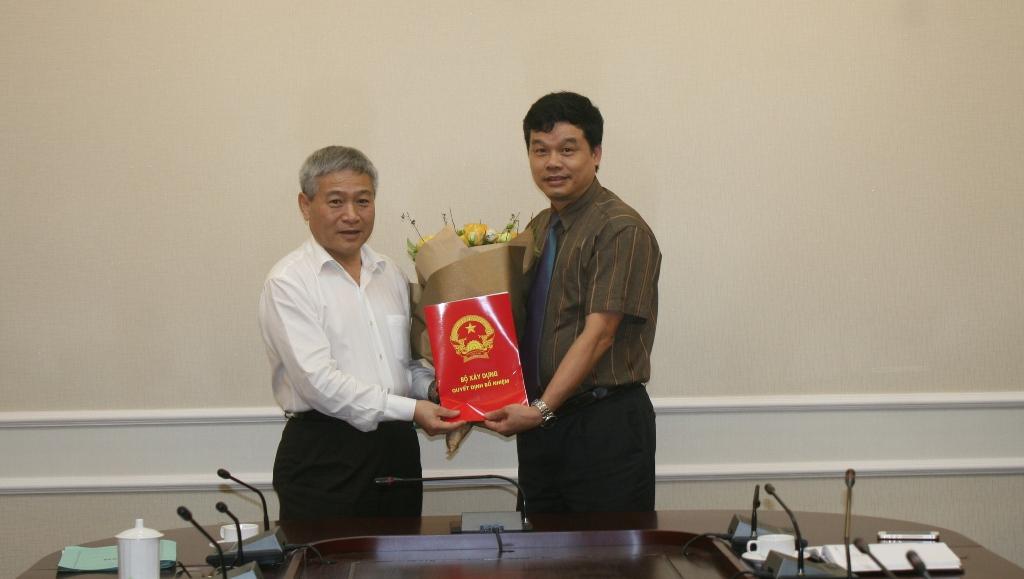 Thay mặt Bộ trưởng, Thứ trưởng Bộ Xây dựng Bùi Phạm Khánh đã trao quyết định bổ nhiệm Vụ trưởng Vụ Vật liệu xây dựng cho ông Phạm Văn Bắc.