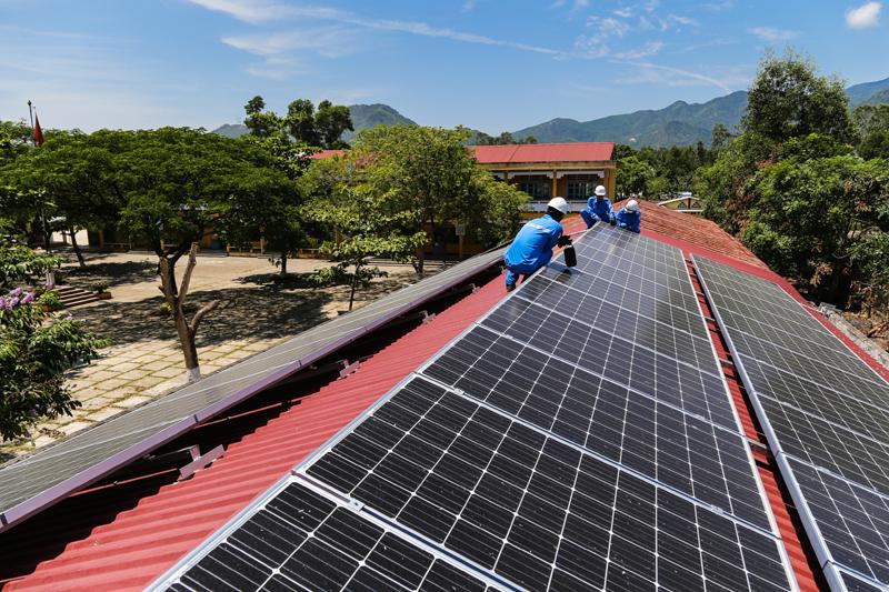 EVNCPC thanh toán tiền cho khách hàng bán điện mặt trời trên mái nhà