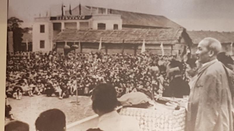 Bác Hồ - vị nguyên thủ quốc gia đầu tiên trên thế giới đi bộ qua cửa khẩu quốc tế thăm nước bạn
