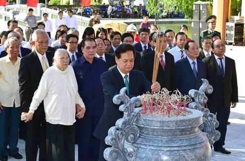 Thủ tướng dâng hương tưởng niệm Tổng Bí thư Nguyễn Văn Linh