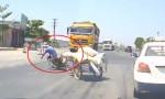 [VIDEO] Vứt xe máy thoát thân vì sang đường ẩu