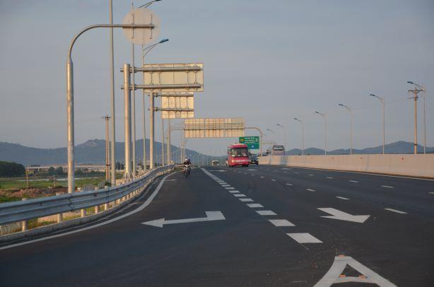 Quảng Ninh: Xe máy ngang nhiên phóng trên cao tốc Hạ Long - Hải Phòng bất chấp nguy hiểm