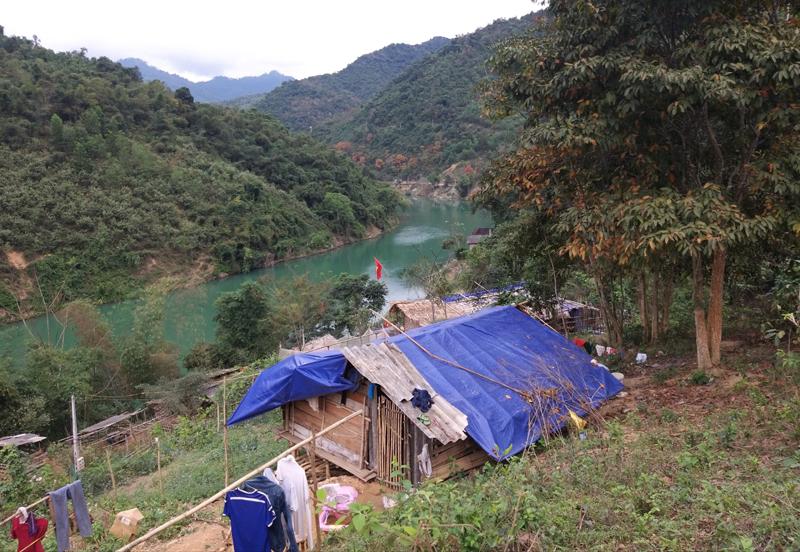 """Nghệ An: Sau gần 1 năm thủy điện xả lũ cuốn trôi nhà, hàng chục hộ dân vẫn sống cảnh """"màn trời chiếu đất"""""""