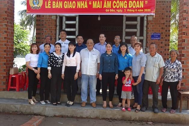 """LĐLĐ huyện Gò Dầu, Tây Ninh: Trao tặng """"Mái ấm công đoàn"""" cho đoàn viên"""