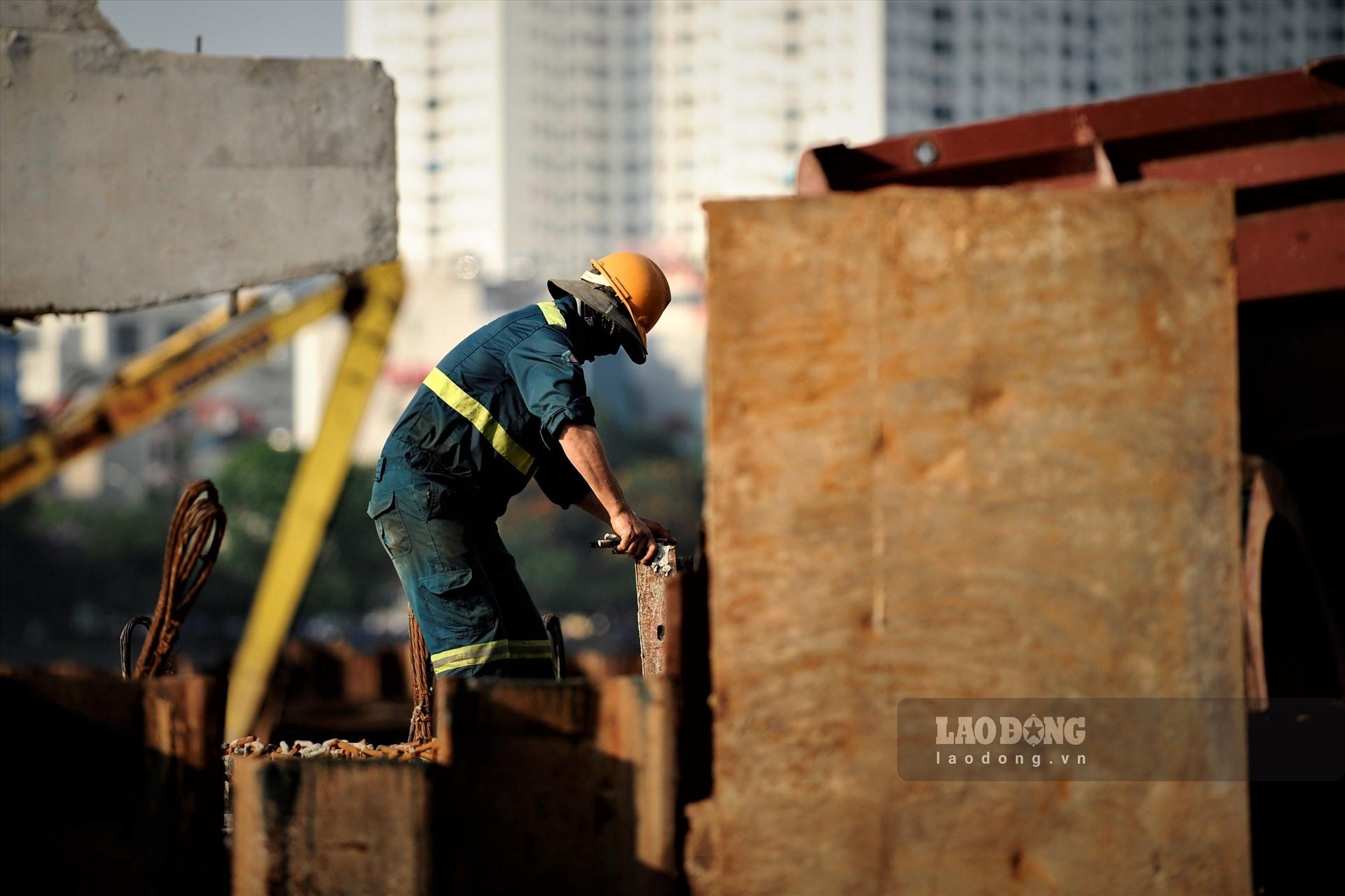 Công nhân đội nắng gấp rút thi công 2 cây cầu trăm tỉ trên hồ Linh Đàm