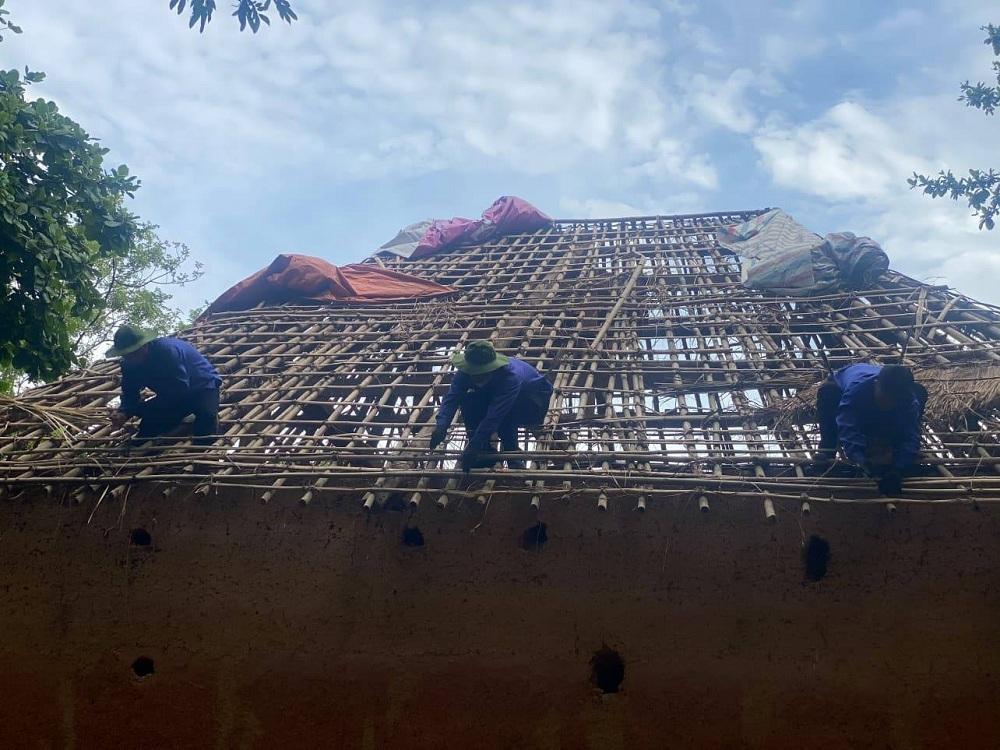 Người Hà Nhì sửa nhà ở Bảo tàng Dân tộc học Việt Nam