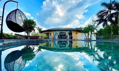 Vợ chồng Hà Nội về ngoại ô xây nhà mái lá, có đủ bể bơi xanh mát