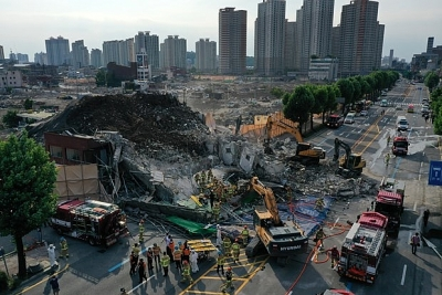 Hàn Quốc: Sập nhà đổ xuống xe buýt khiến 9 người thiệt mạng