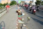 Người Sài Gòn bịt mũi qua cây cầu đầy rác