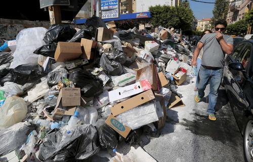 """Kết quả hình ảnh cho """"Núi rác"""" Lebanon bị đổ xuống biển Địa Trung Hải"""