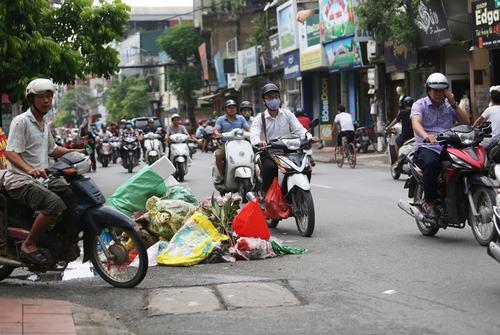 Rác thải 'bủa vây' nhiều ngõ phố ở Thủ đô