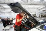 Công nhân Tesla uống nước tăng lực để chạy kịp tiến độ sản xuất