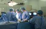 Cửa kính rơi vỡ đâm thủng tim người đàn ông
