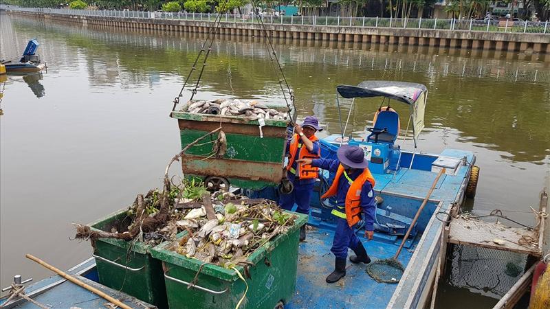 Bổ sung nghề nhặt rác trên kênh và ven kênh thoát nước vào danh mục nghề nặng nhọc, độc hại