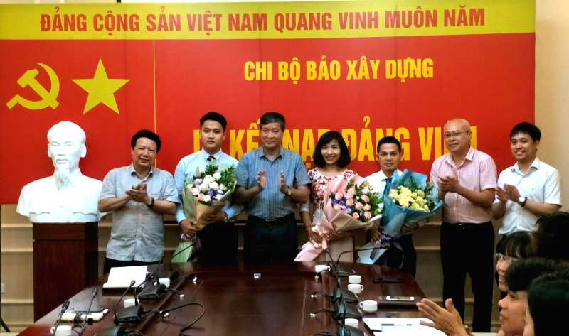 Chi bộ Báo Xây dựng kết nạp thêm 3 Đảng viên mới