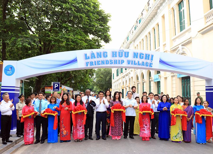 Rộn ràng không khí mít tinh kỷ niệm 20 năm Hà Nội – Thành phố vì hòa bình