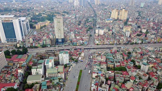 Cao ốc đua nhau mọc, đường sá chật hẹp tắc nghẽn: Hà Nội trả lời dân ra sao?