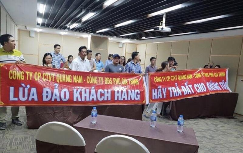 Đà Nẵng: Khách hàng treo băng rôn đòi Cty Bất động sản Phú Gia Thịnh trả đất
