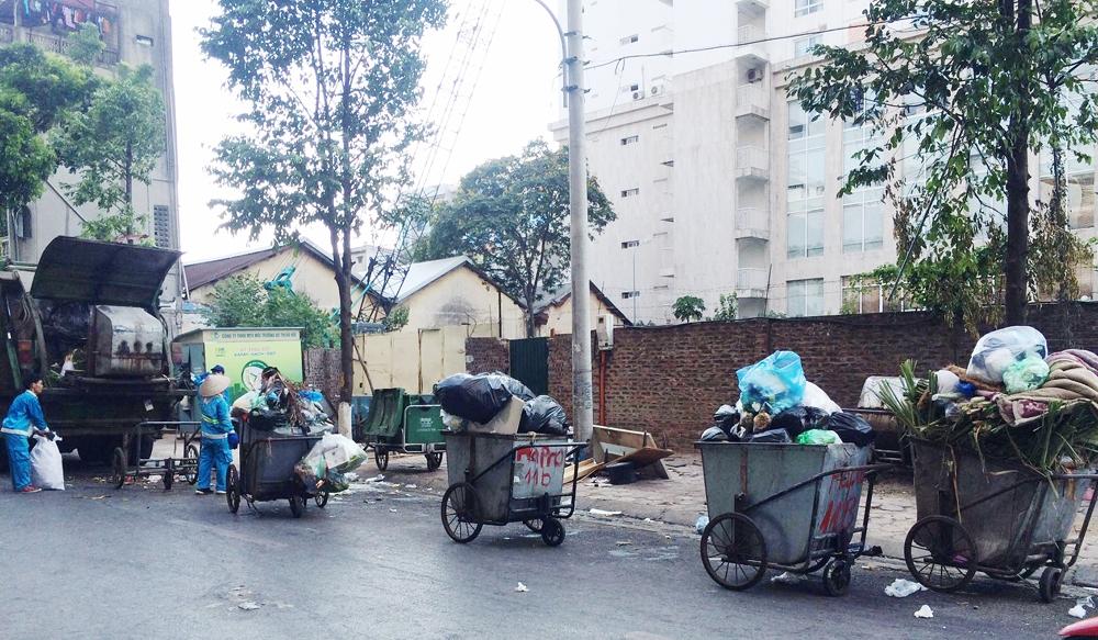 Hà Nội: Người dân tháo chốt chặn, xe rác bắt đầu trở lại bãi Nam Sơn