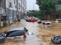 Xe hơi 'bơi' giữa biển nước đục ngầu tại thành phố Hàn Quốc