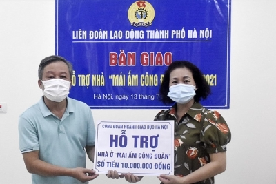 Đoàn viên quận Ba Đình nhận hỗ trợ kinh phí sửa chữa Mái ấm Công đoàn