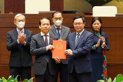 Chủ tịch Quốc hội Vương Đình Huệ trao Nghị quyết của Quốc hội về công tác cán bộ