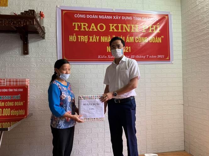 cong doan nganh xay dung thai binh trao ho tro kinh phi xay nha mai am cho doan vien co hoan canh kho khan nam 2021