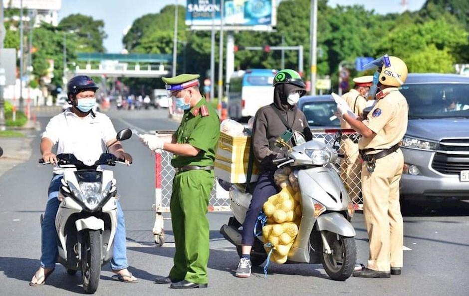 Thành phố Hồ Chí Minh yêu cầu công chức viên chức đeo thẻ ngành khi di chuyển để kiểm soát