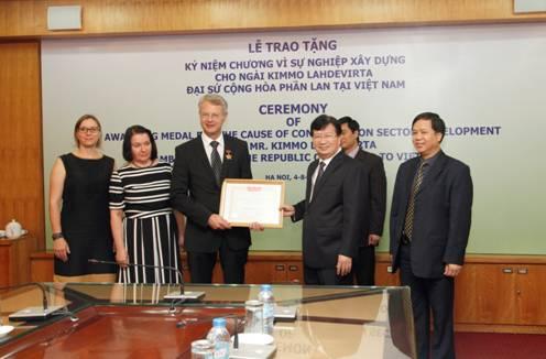 Trao tặng Kỷ niệm chương Vì sự nghiệp Xây dựng cho Đại sứ Phần Lan