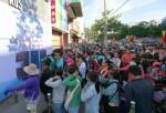 Xếp hàng 5 tiếng chờ mua vali giảm giá ở Sài Gòn