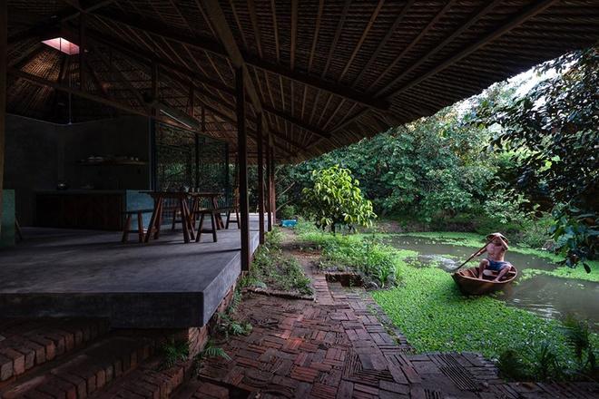 094110baoxaydung image003 Chàng giám đốc Sài Gòn kỳ công xây nhà lá ở miền Tây
