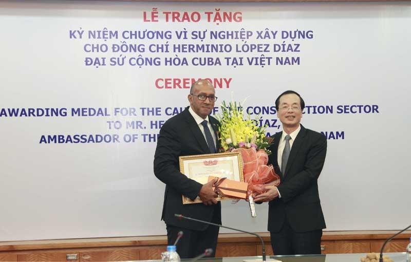 Bộ trưởng Bộ Xây dựng trao Kỷ niệm chương Vì Sự nghiệp xây dựng cho Đại sứ Cuba