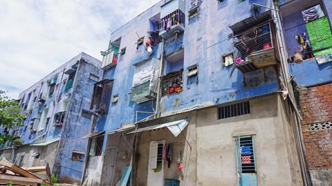 Chung cư có 300 hộ dân sinh sống bị nứt toác, loang lổ