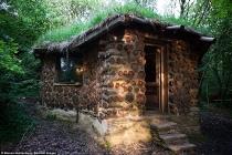 Bán hai ngôi nhà ở thành phố, chàng trai vào rừng làm nhà gỗ ở ẩn